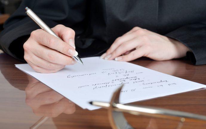 Anwltin Macht Sich In Ihrer Kanzlei Notizen Fr Prozessauftakt